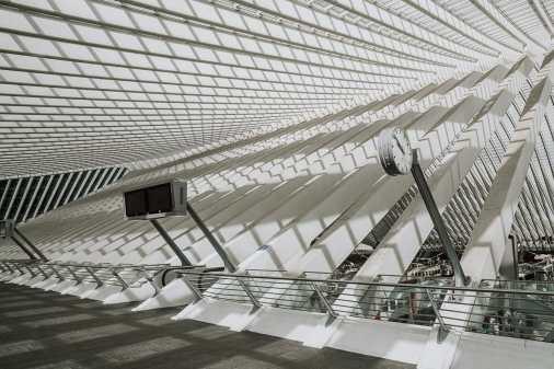 Bahnhof Liège-Guillemins - Beeindruckende Architektur mit weißem Beton.