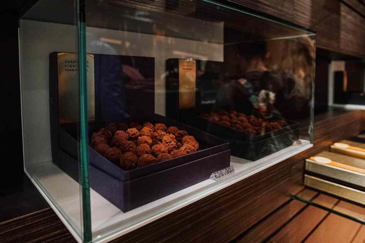 Pralinenschachtel in einer Glasvitrine bei Benoit Nihant