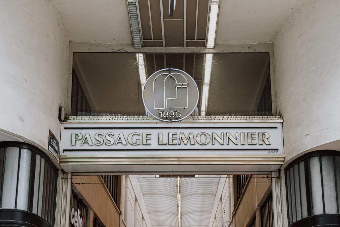 Leuchtschrift über dem Eingang zur Passage Lemonnier, Lüttich