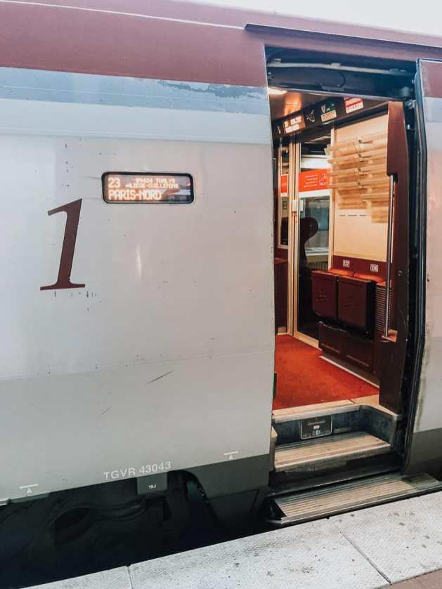 """Eingang zur Ersten Klasse des Thalys - Tür mit Stufen und Anzeige des Endziels """"Paris Nord""""."""
