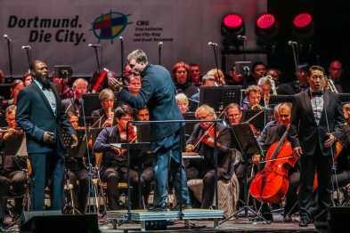 Gabriel Feltz auf der Bühne mit seinen Dortmunder Philharmonikern, Foto: Jan Heinze/Stephan Schütze