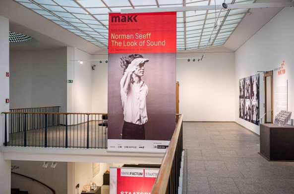 Mick Jagger als Musikalische Klammer der Ausstellung Norman Seeff - The Look of Sound - überlebensgroßes Plakat am Eingang der Ausstellung im Obergeschoss