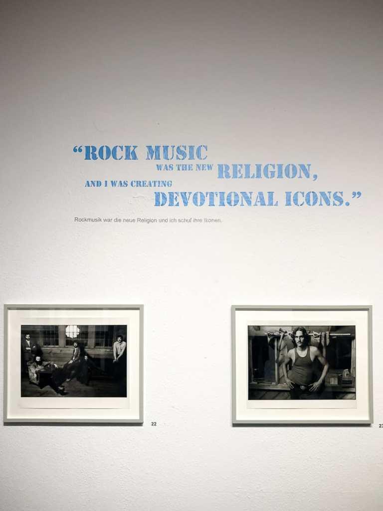 Links ist das berühmte Bild von The Band zu sehen, welches Norman Seeff zum Durchbruch verhalf
