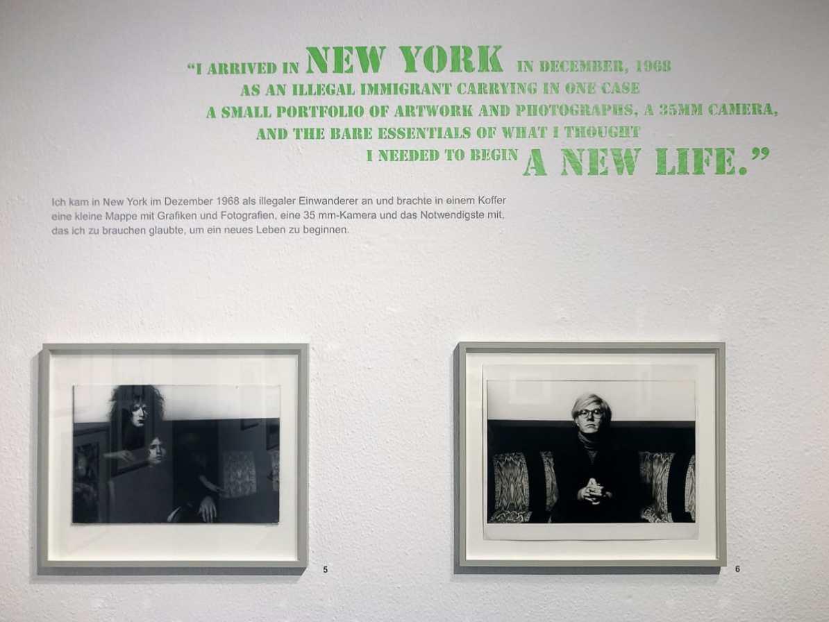 Fotos aus dem ersten Teil der Norman Seeff-Ausstellung im MAKK Köln mit Andy Warhol auf dem rechten Foto der beiden im Foto sichtbaren Fotos