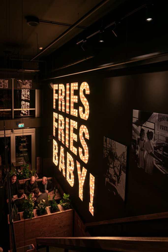 überdimensioniertes Fries, Fries, Baby! im Treppenaufgang im Frittenwerk Oberhausen