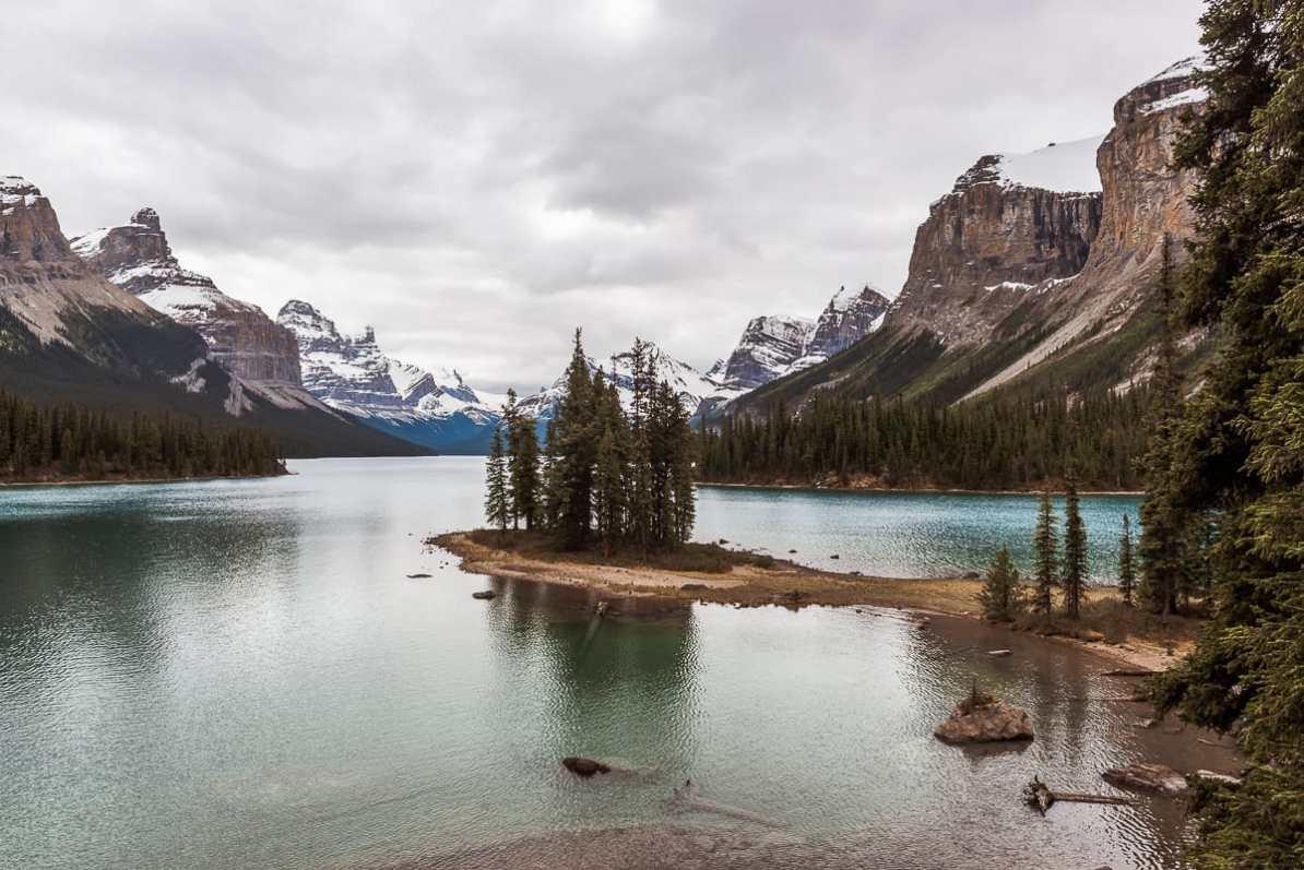 Maligne Lake, Alberta mit der Insel Spirit Island, im Hintergrund Rocky Mountains, die den See umgeben.