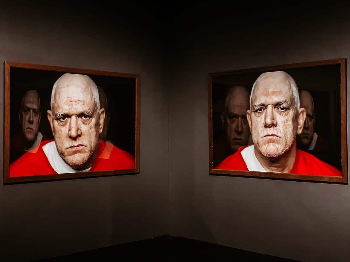 Spiegelung von Portraits in den Portraits von Elmer Carroll in der Ausstellung von Peter Lindbergh.