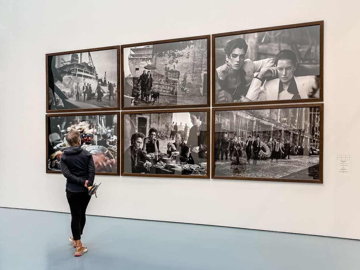 """Sechs Fotos aus Peter Lindbergh: """"Untold Stories"""" inkl. eines der drei Farbfotos der Ausstellung."""