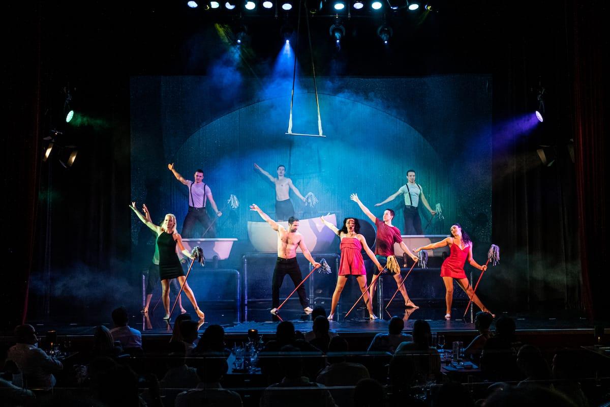 Wischmopp-Ballett - das Ensemble wischt zum Abschluss die Bühne.