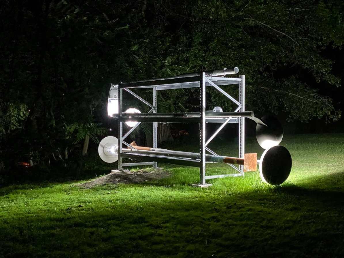 """Lichtinstallation """"No Sleep"""" von Johannes Wohnseifer. Auf einem Regal liegen verschiedene ausgemusterte Laternen."""