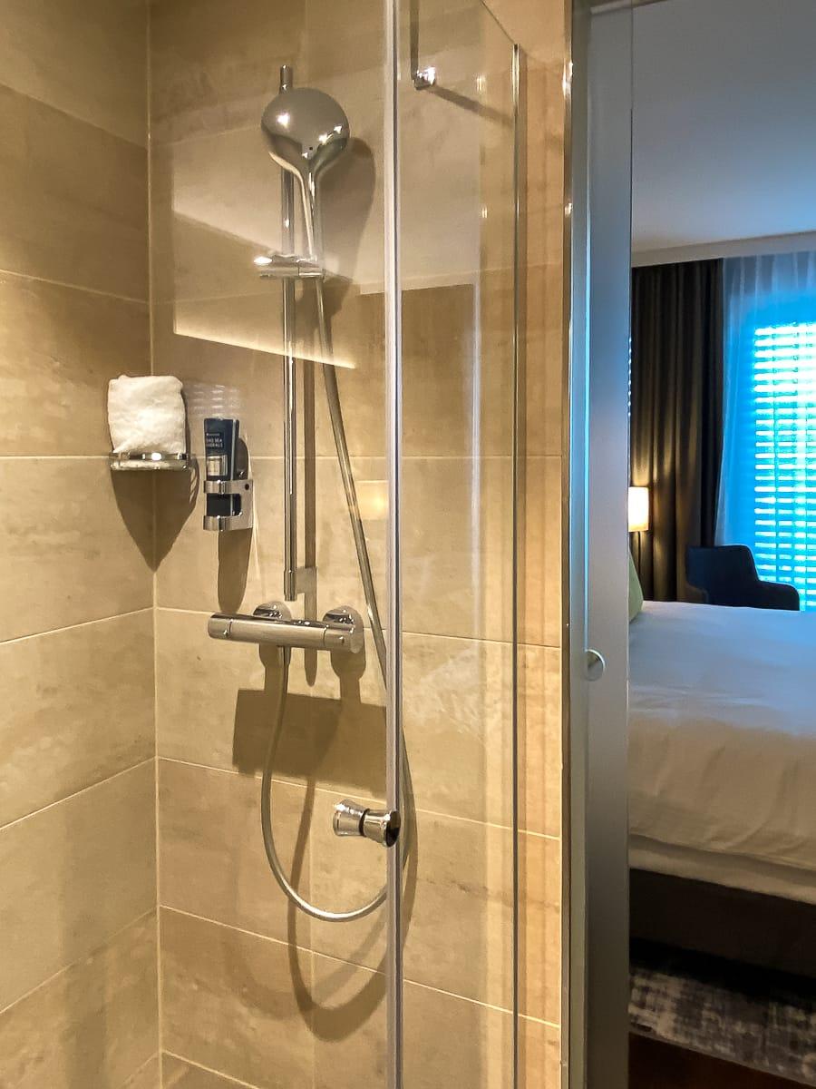 Dusche im Superior Zimmer im Leonardo Dortmund Hotel.