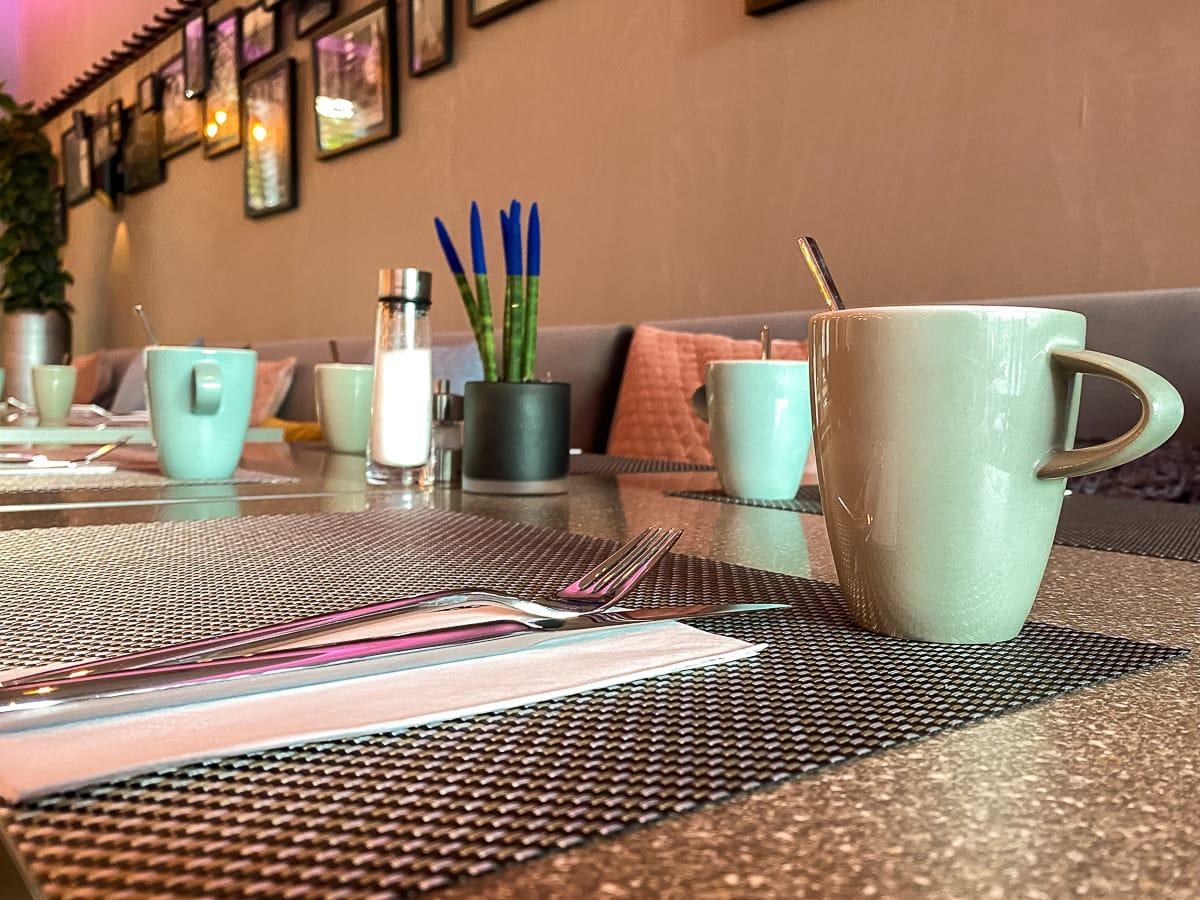 Der liebevoll gedeckte Frühstückstisch im Leonardo Dortmund Hotel.