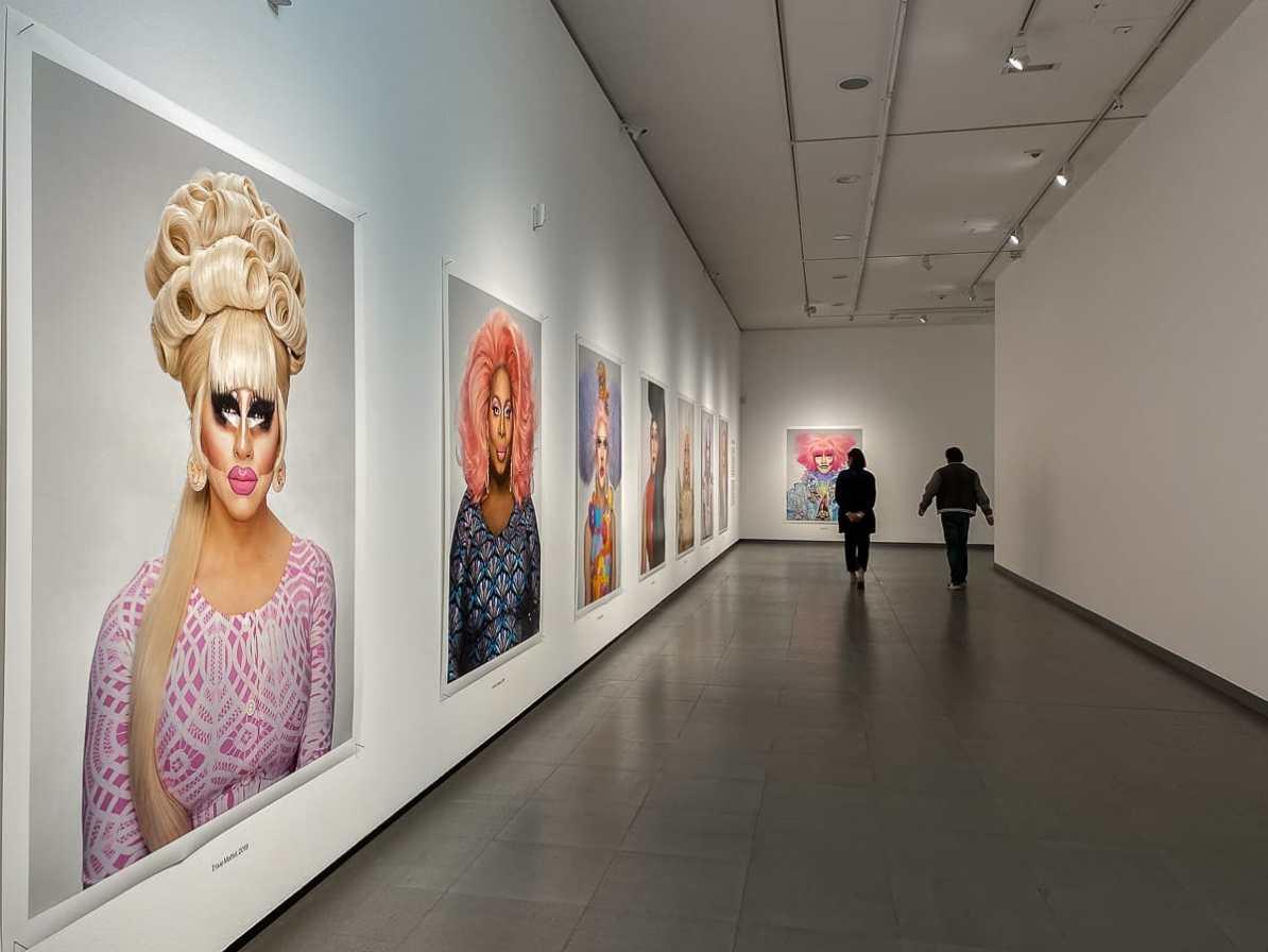 Ausstellungsansicht bei der Serie Drag Queens von Martin Schoeller im NRW-Forum in Düsseldorf.