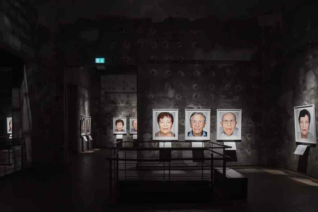 """Dunkler Raum in der Kokerei Zollverein, bei der nur die """"Survivors"""" hervorleuchten."""