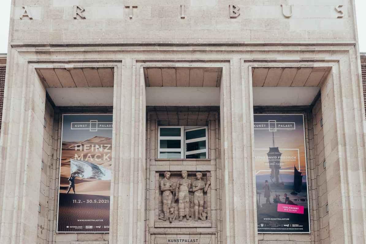 Kunstpalast Düsseldorf Eingang mit Postern zu den Ausstellungen Caspar David Friedrich sowie Mack