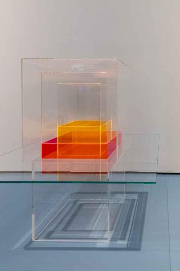 Heinz Mack - Schrein der Leeres (Version rot-orange), 6-teilige Skulptur aus Acryl- und Kristallglas mit zwei farbigen Formen im Inneren