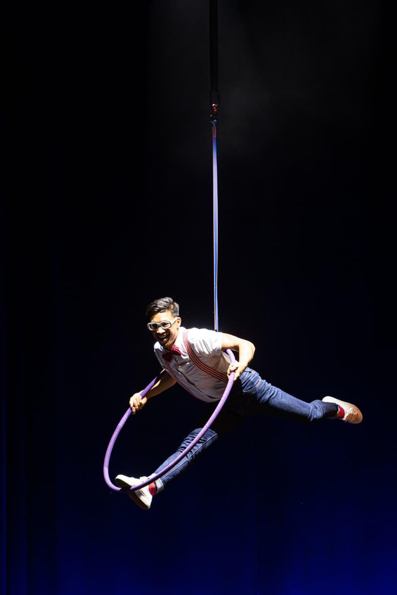 """Benjamin Pring hängt waagerecht oben im Luftring bei """"Wild Boys"""" und stützt sich mit 2 Händen ab."""