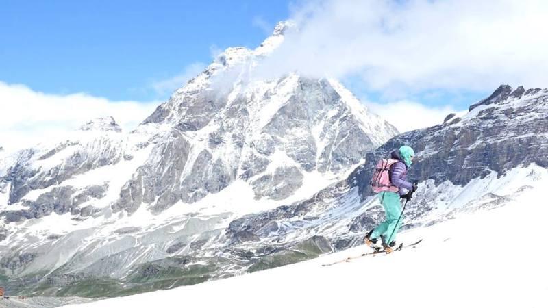 happy-women-mountains-montagne-breuol-cervinia-snowboard-neige-randonnée