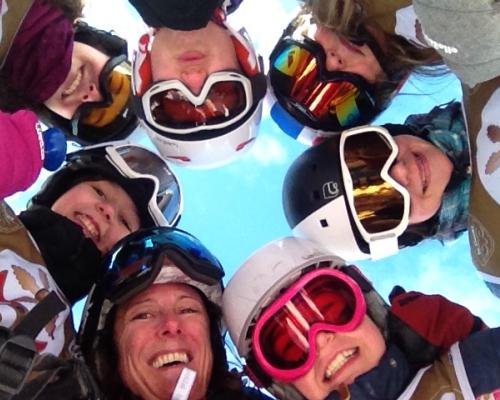 happy-women-in-the-mountains-femmes-montagne-randonnée-ski-skieuse-raquette-balade-informations-guide-essais-groupe-filles