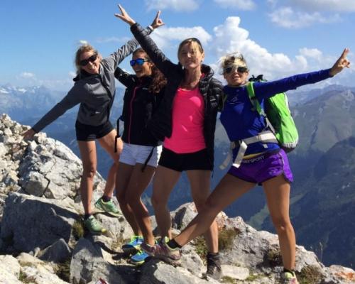 happy-women-in-the-mountains-femmes-montagne-randonnée-ski-skieuse-raquette-balade-informations-guide-essais-groupe-de-filles