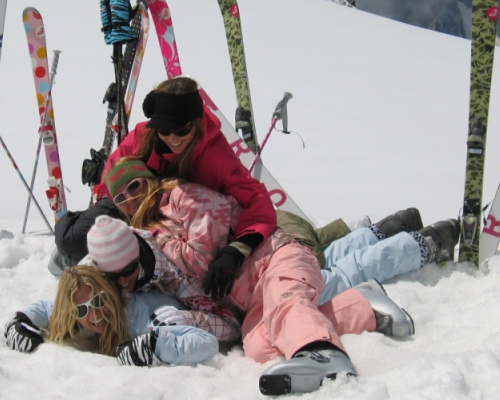 happy-women-in-the-mountains-ski-equipement-fun-montagne-vacances