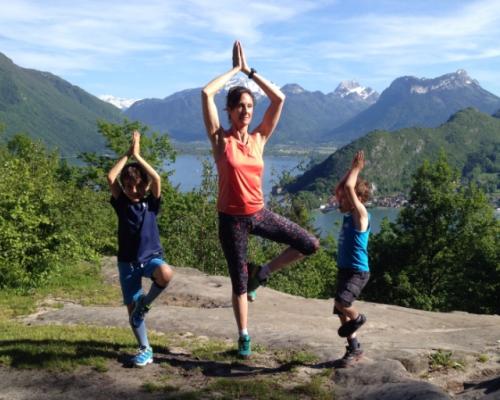 happy-women-in-the-mountains-femmes-montagne-randonnée-ski-skieuse-raquette-balade-informations-guide-essais-yoga-famille-enfants-talloires-duingt