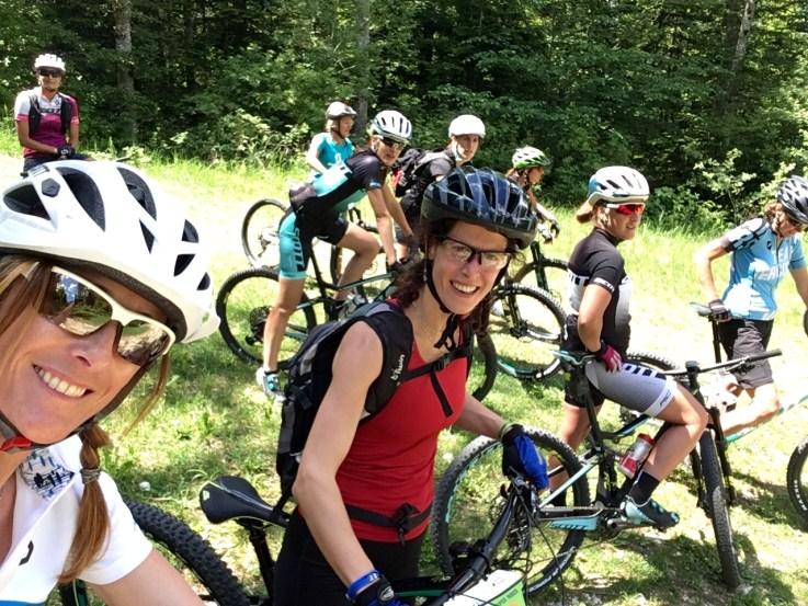 happy-women-mountain-outdoor-filles