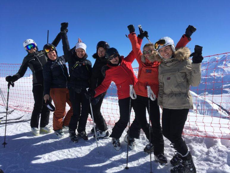 skieuses-evenement-femme-montagne-groupe_de_filles