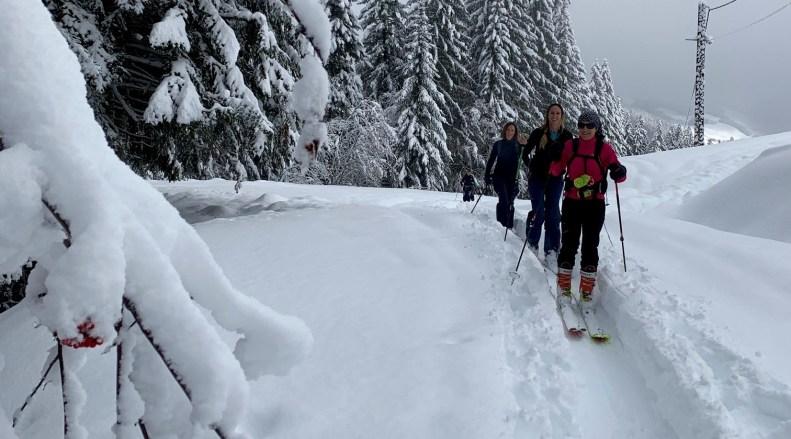 snowflike - groupe de femmes en ski de randonnee dans la poudreuse à La Clusaz