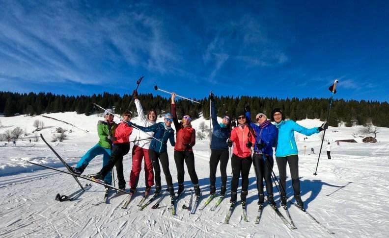 snowflike - groupe de femmes joyeuse qui prennent la pause en ski de fond sur le plateau des Confins à La Clusaz
