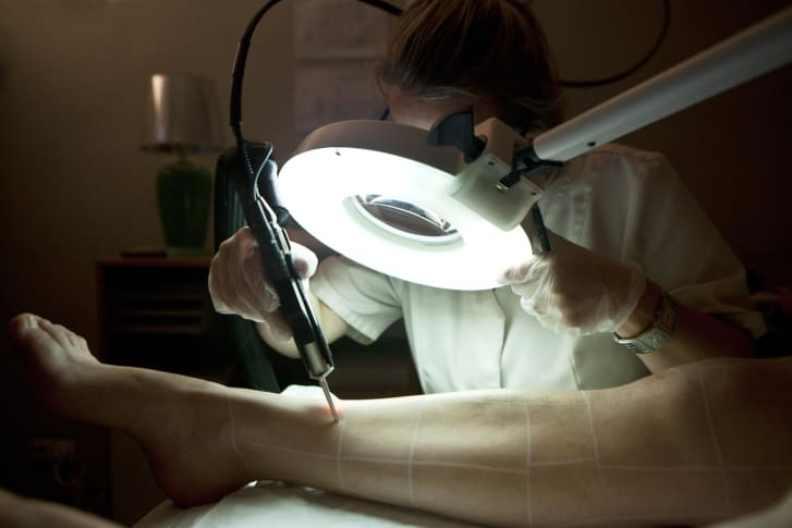 Là phụ nữ, bạn nghĩ gì về việc phải cạo lông trên cơ thể?