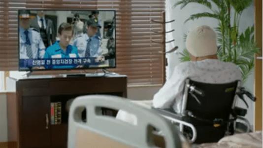 町の弁護士チョ・ドゥルホ第20話 テレビを見ているチョン会長