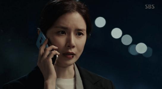 韓国ドラマ「耳打ち(ささやき)」5話 電話を受けるシン・ヨンジュ
