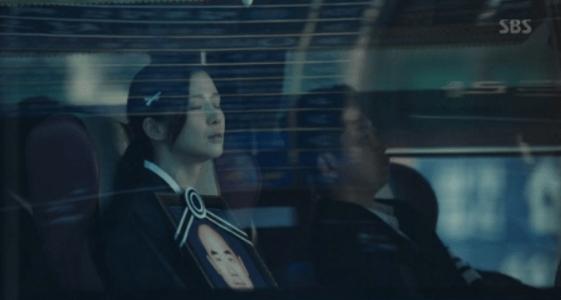 韓国ドラマ「耳打ち(ささやき)」5話 バスに乗っているシン・ヨンジュ