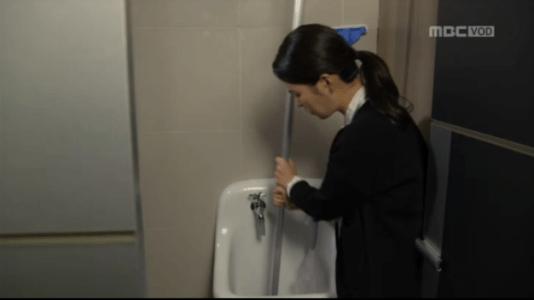 吹けよ、ミプン第23話 モップを洗うキム・ミプン