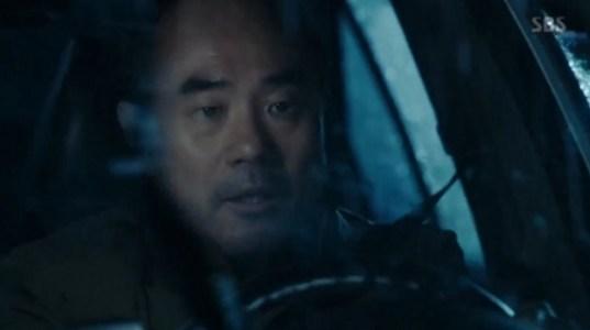 韓国ドラマ「耳打ち(ささやき)」第1話 運転するシン・チャンホ