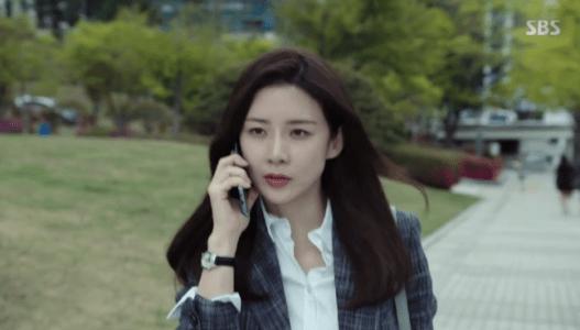 韓国ドラマ「耳打ち(ささやき)」8話 電話をするシン・ヨンジュ