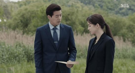 韓国ドラマ「耳打ち(ささやき)」第15話 写真を渡すイ・ドンジュン