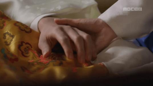 獄中花(オクチュンファ)第44話 手を握るオンニョ