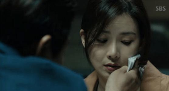 韓国ドラマ「耳打ち(ささやき)」第11話 顔を拭くイ・ドンジュン