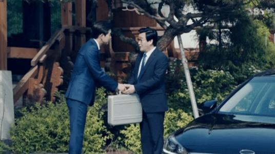 韓国ドラマ「耳打ち(ささやき)」第15話 賄賂を渡すイ・ドンジュン