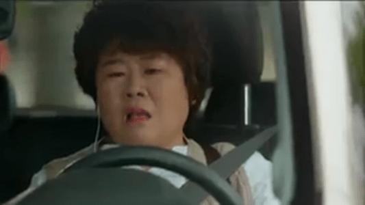 韓国ドラマ「サム、マイウェイ」13話 電話をするペク・ソリの母