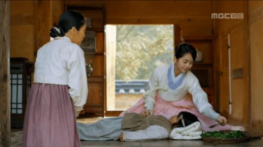 韓国ドラマ「君主(クンジュ)」1話 女の子を診るハン・ガウン