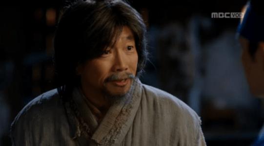 韓国ドラマ「君主(クンジュ)」2話 説明するウ・ボ