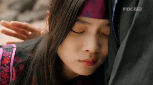 「君主(クンジュ)~仮面の主人~」第7話 イ・ソンの胸で泣くファグン