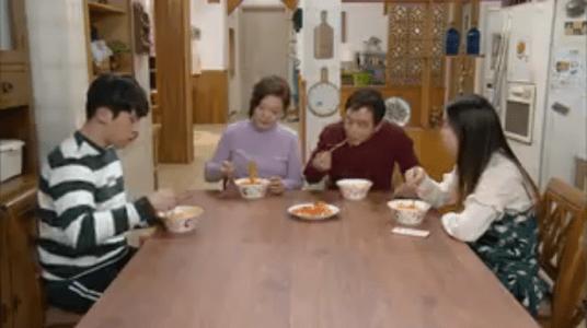 「お父さんが変」第3話 昼食を食べるビョン家