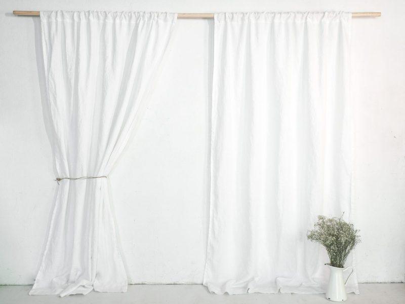 Białe lniane zasłony z tunelem
