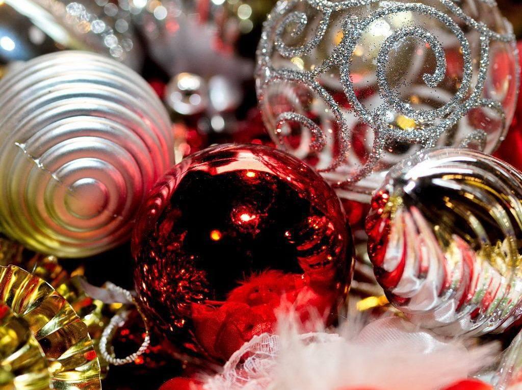 Weihnachtskugeln rot und silber