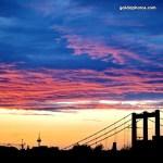 Abendhimmel mit Brücke über Balkonien