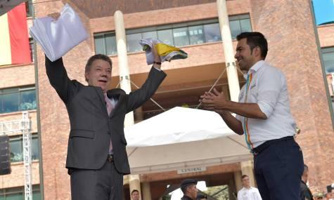 El Presidente Santos recibió las banderas de la paz y de los comunales, durante la posesión de 8 mil dirigentes comunales de municipios y veredas de Cundinamarca.